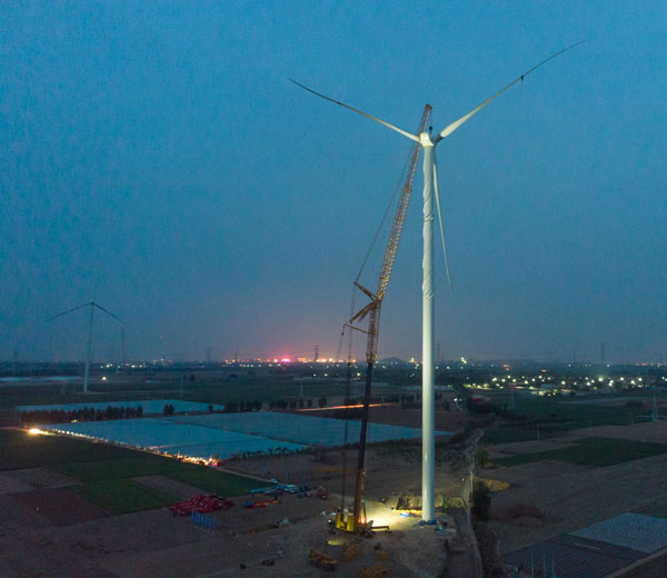 China's XCMG installed a world-record-high impeller using its XCA1600 wheeled all-terrain crane at a Chinese wind farm on May 6.